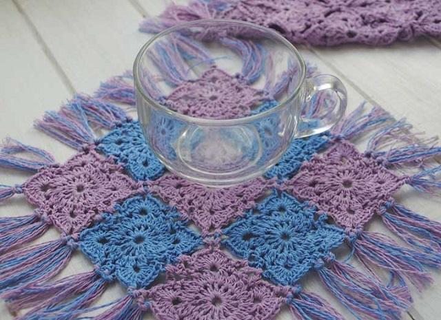 Guardanapo de crochê azul e lilás