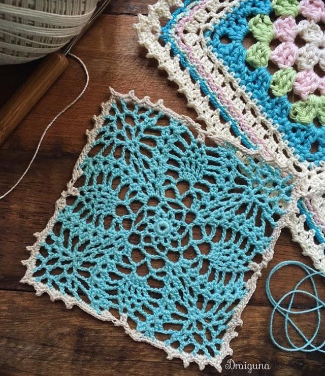 Guardanapo de crochê azul com borda branca