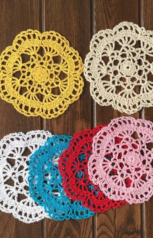 Guardanapos de crochê redondos de várias cores