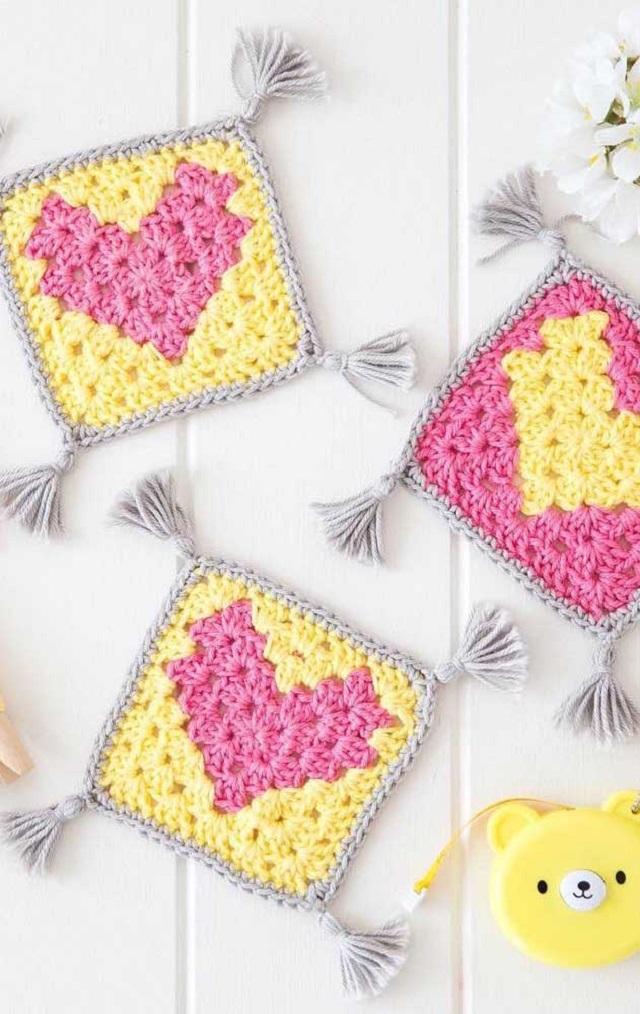 Guardanapo de crochê com coração amarelo e rosa