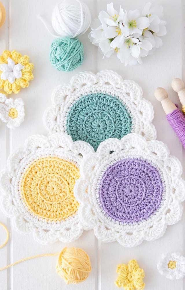 Guardanapo de crochê branco com o meio colorido
