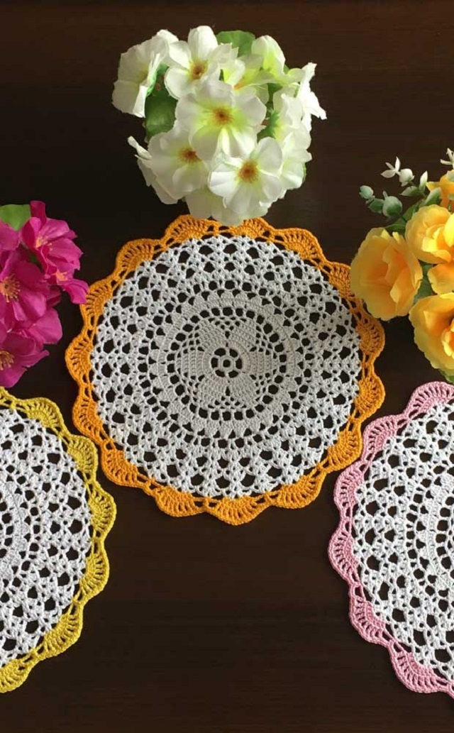Guardanapo de crochê branco com borda colorida