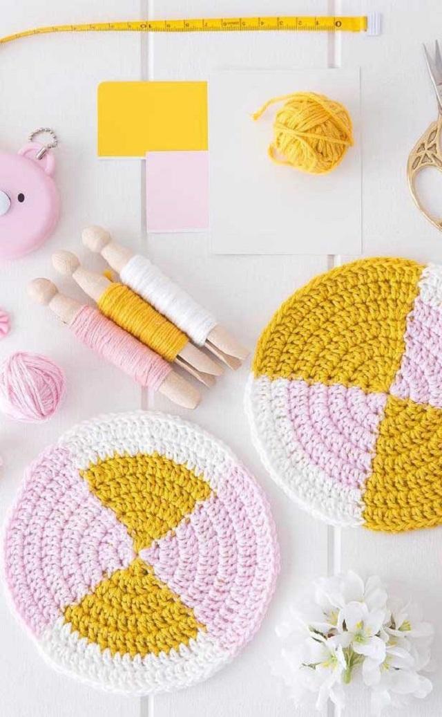 Guardanapo de crochê branco, amarelo e rosa