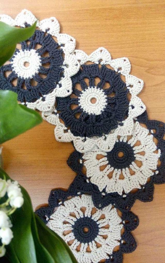 Guardanapo de crochê preto e branco