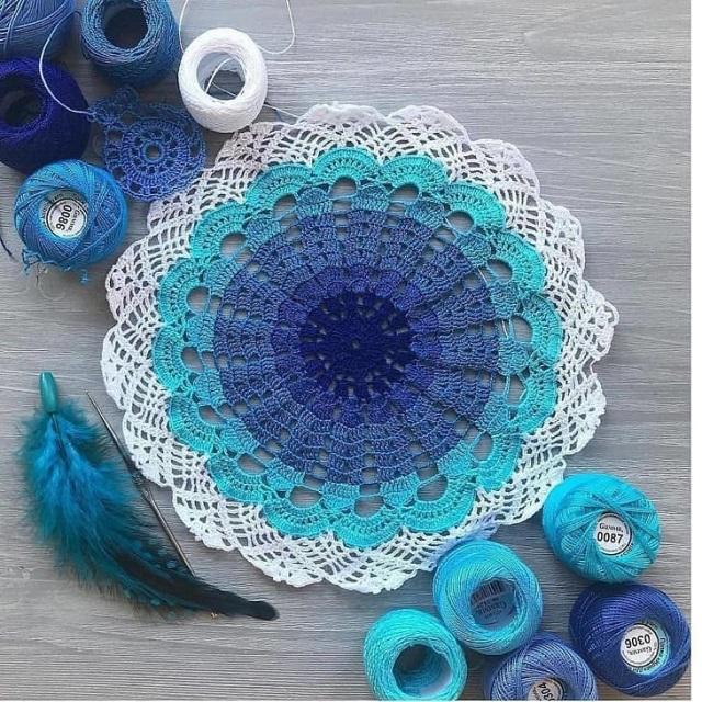 Guardanapo de crochê com tons de azul