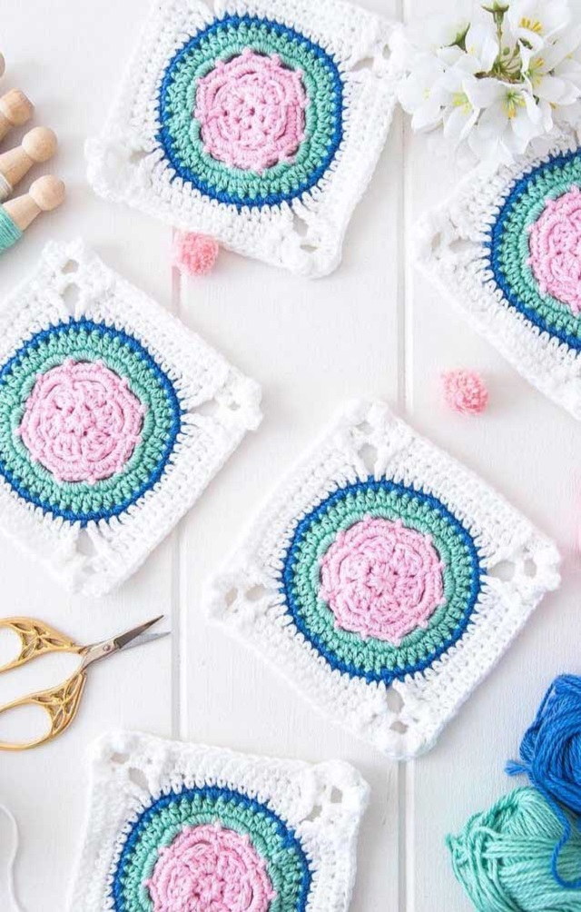 Guardanapo de crochê com branco, rosa claro e verde água