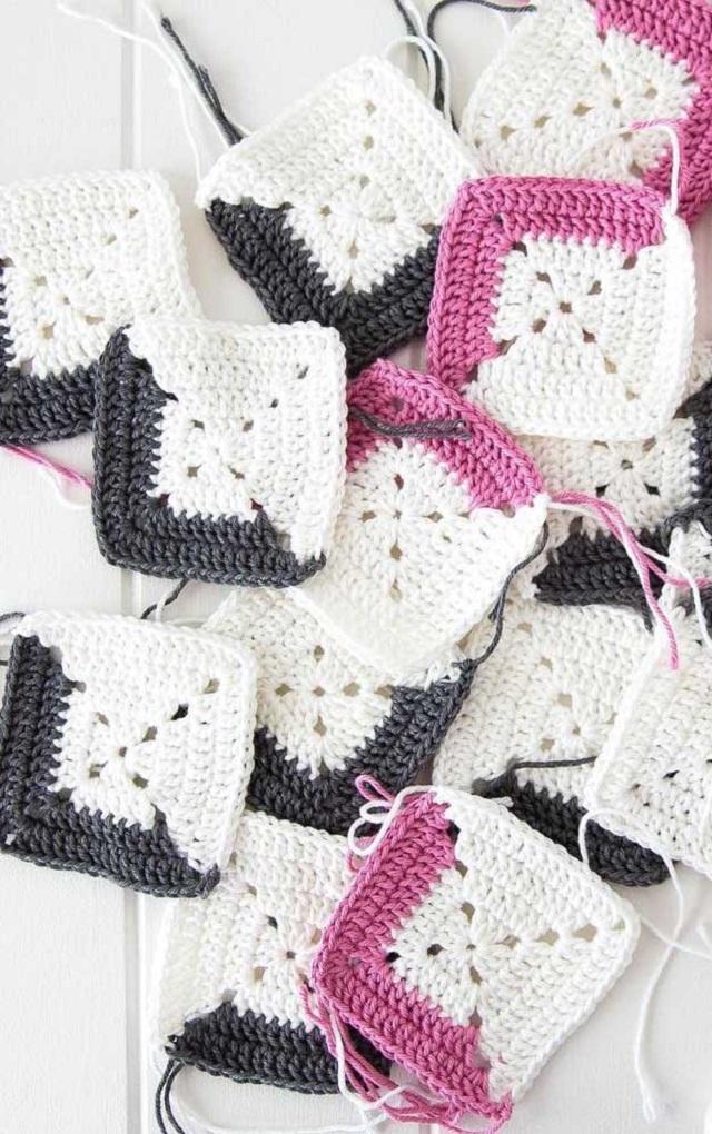 Guardanapo de crochê quadrado branco, rosa e preto