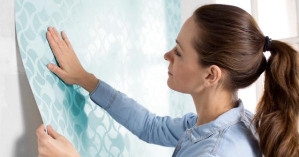 Mulher colocando papel de parede
