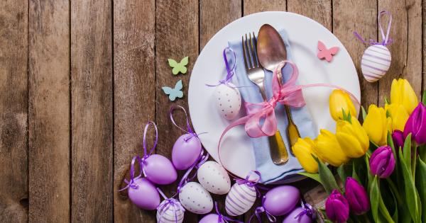 Mesa de Páscoa com flores e ovinhos
