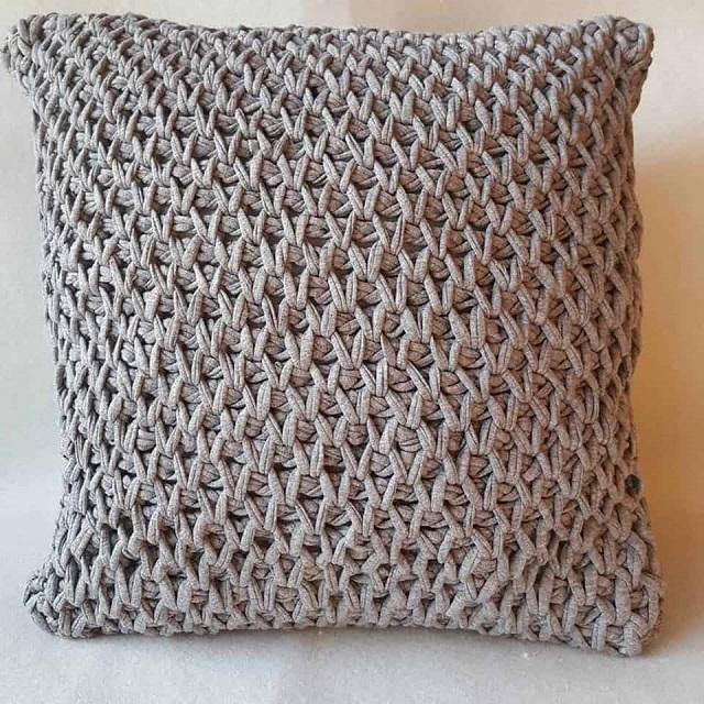 Capa de almofada de crochê tunisiano cinza