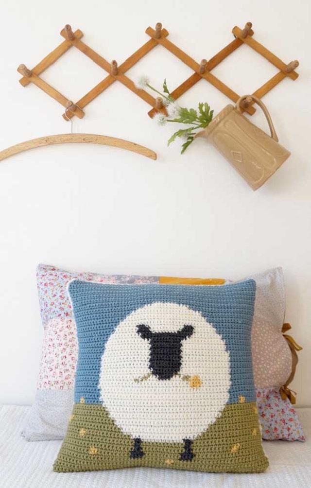 Capa de almofada de crochê tunisiano com desenho de ovelha