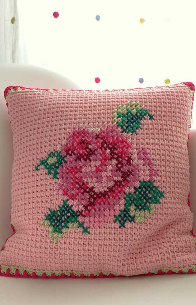 Capa de almofada de crochê tunisiano com desenho de rosa
