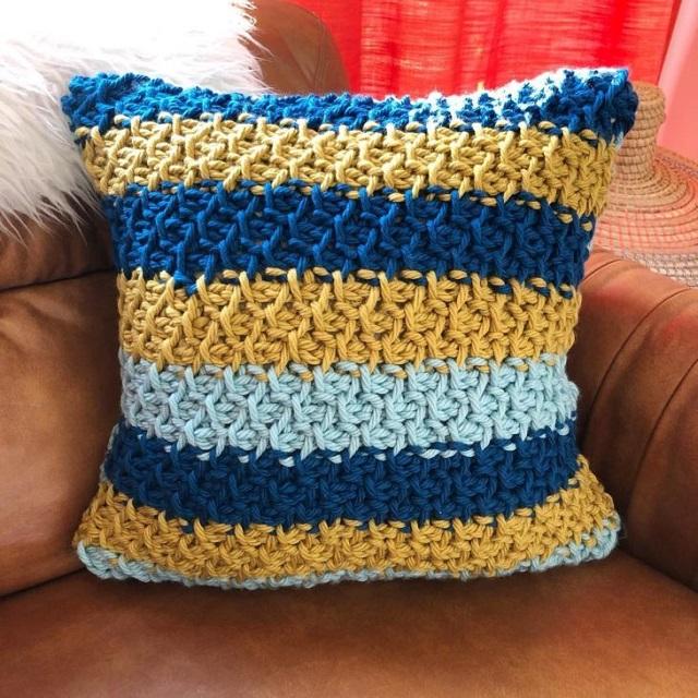 Capa de almofada de crochê tunisiano com listras azuis e amarelas