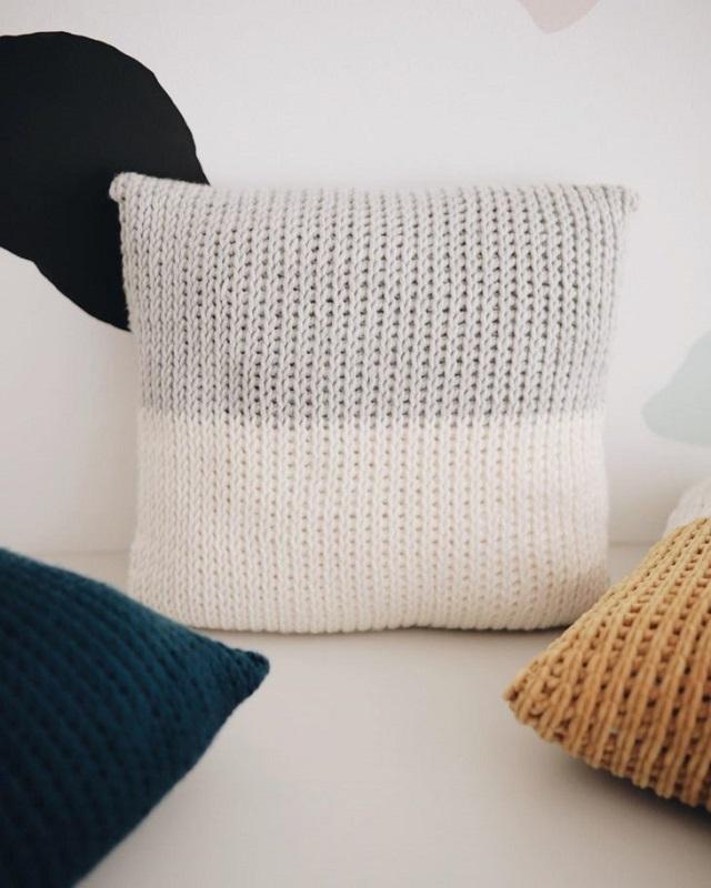 Capa de almofada de crochê tunisiano branca e cinza