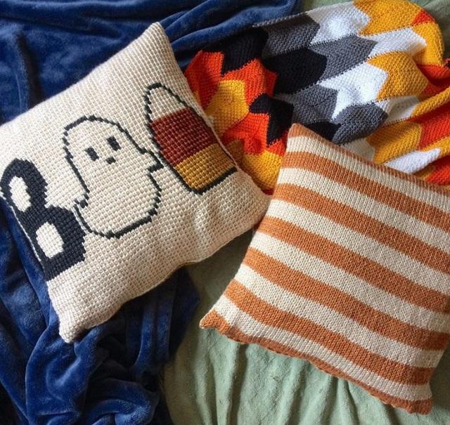 Capas de almofada de crochê tunisiano  com desenhos e listras