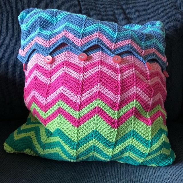 Capa de almofada de crochê tunisiano geométrica e colorida