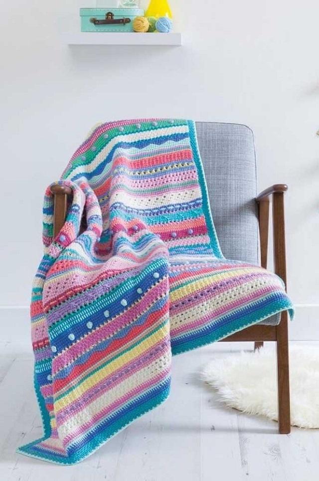 Manta de crochê tunisiano com listras coloridas