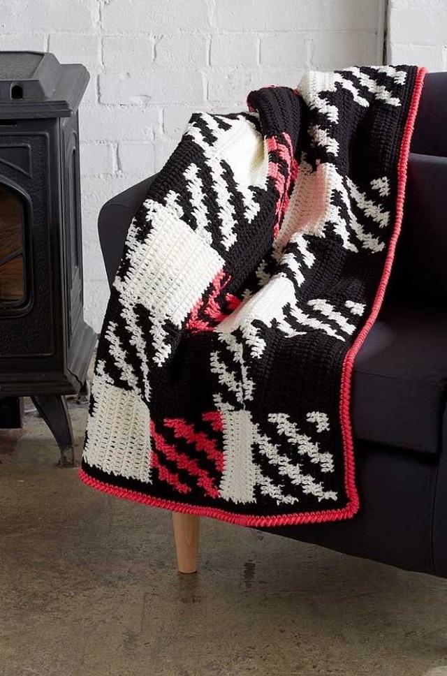 Manta de crochê tunisiano preta e branca com detalhes rosa