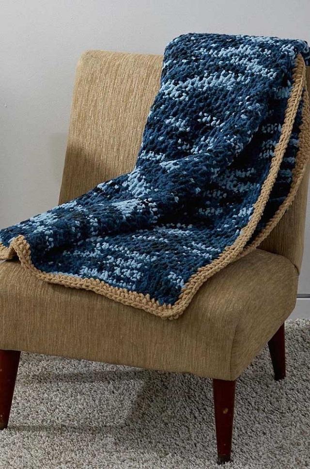 Manta de crochê tunisiano azul marinho com detalhes em caramelo