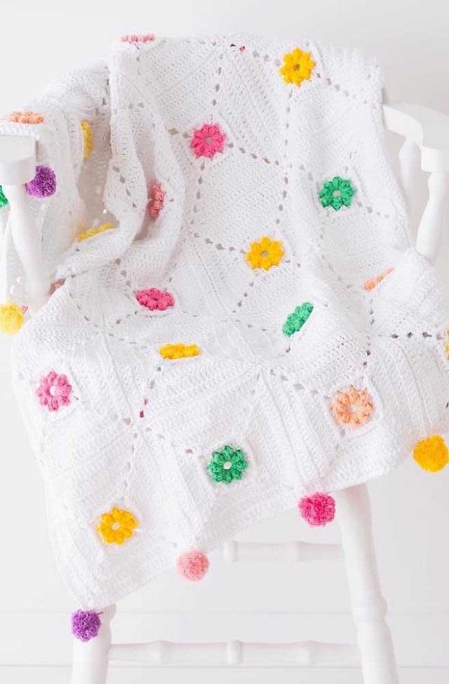 Manta branca de crochê tunisiano com flores coloridas
