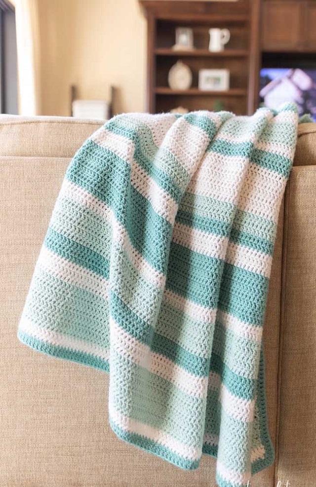 Manta de crochê tunisiano com listras brancas e verdes