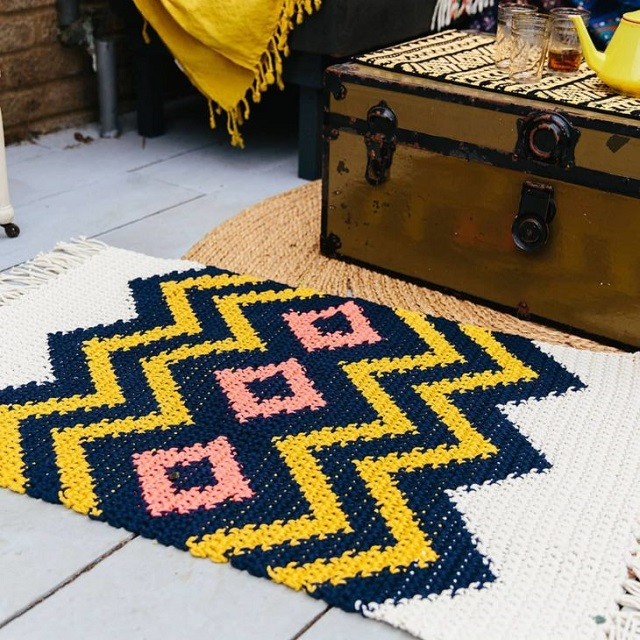 Tapete geométrico de crochê tunisiano
