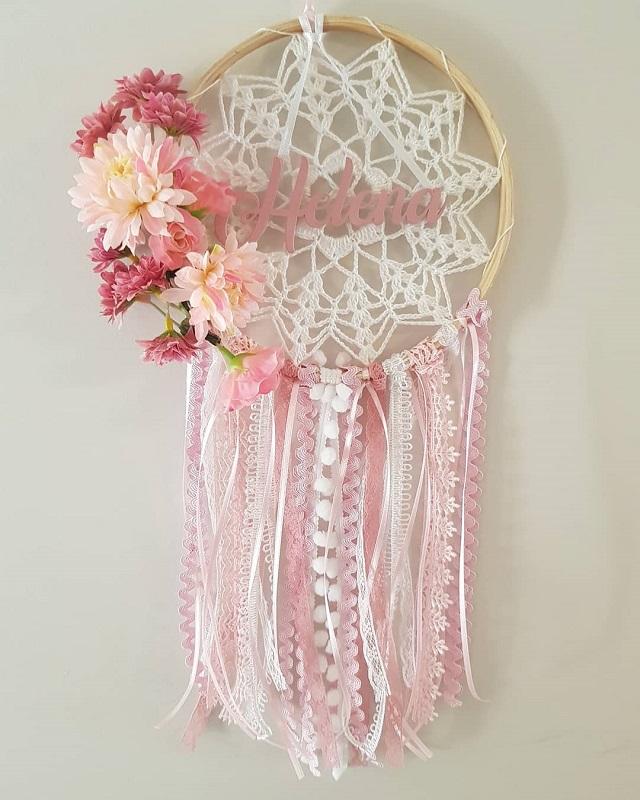 Filtro dos sonhos de macramê com flores e fitas