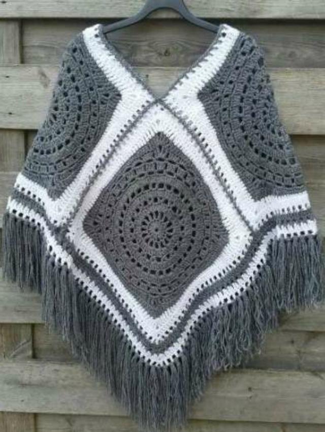 Poncho de quadrado de crochê cinza e branco