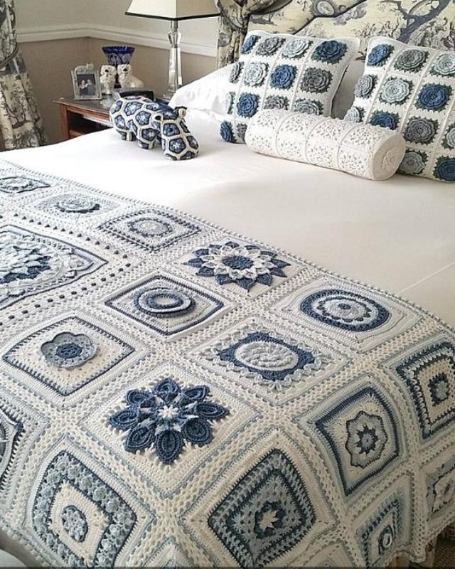 Manta e capas de almofada com quadrado de crochê