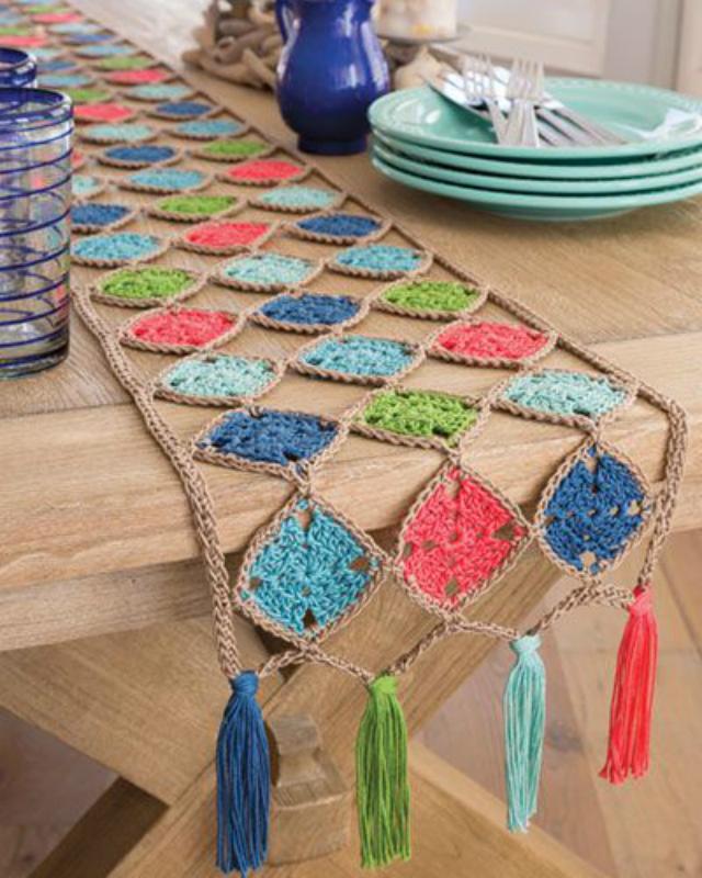 Caminho de mesa de quadrado de crochê