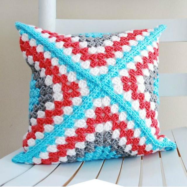 Capa de almofada com quadrado de crochê