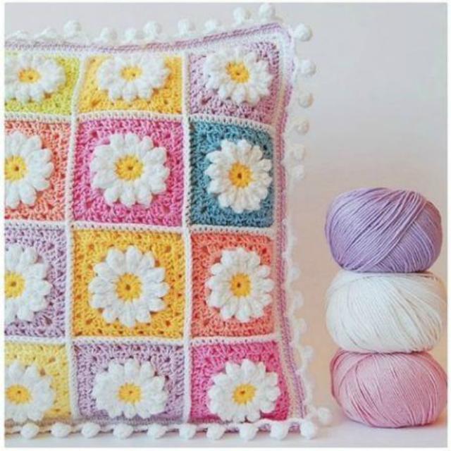 Capa de almofada com quadrado de crochê e flores