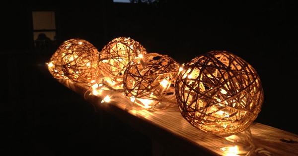 Luminária de barbante com luzinhas