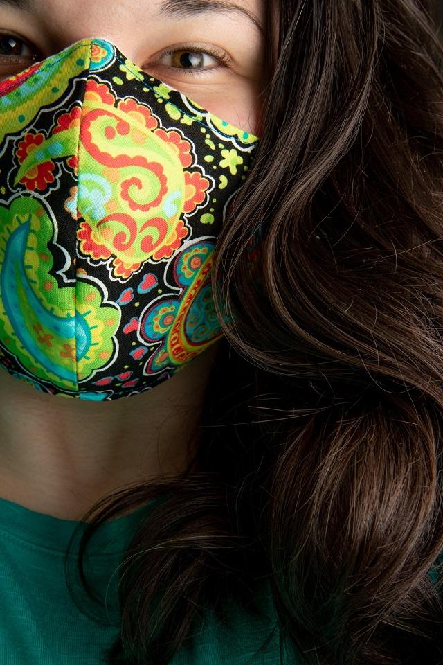 Mulher com máscara de proteção de tecido