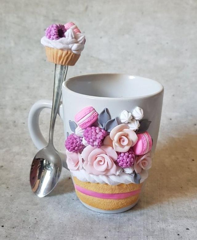 Caneca com biscuit de doces e flores