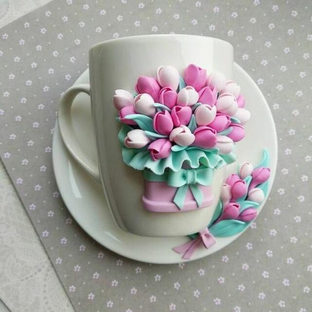 Caneca com biscuit de tulipas