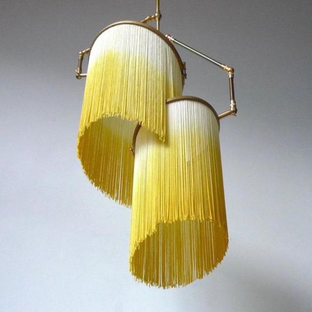 Luminária de barbante com fios soltos