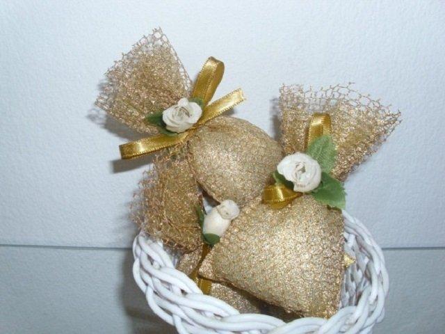 Sachês perfumados com flores e detalhes dourados