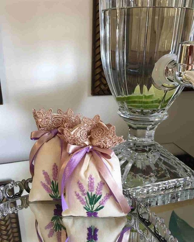 Sachês perfumados de lavanda com detalhes de renda