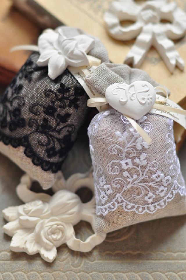 Sachês perfumados com detalhes de renda
