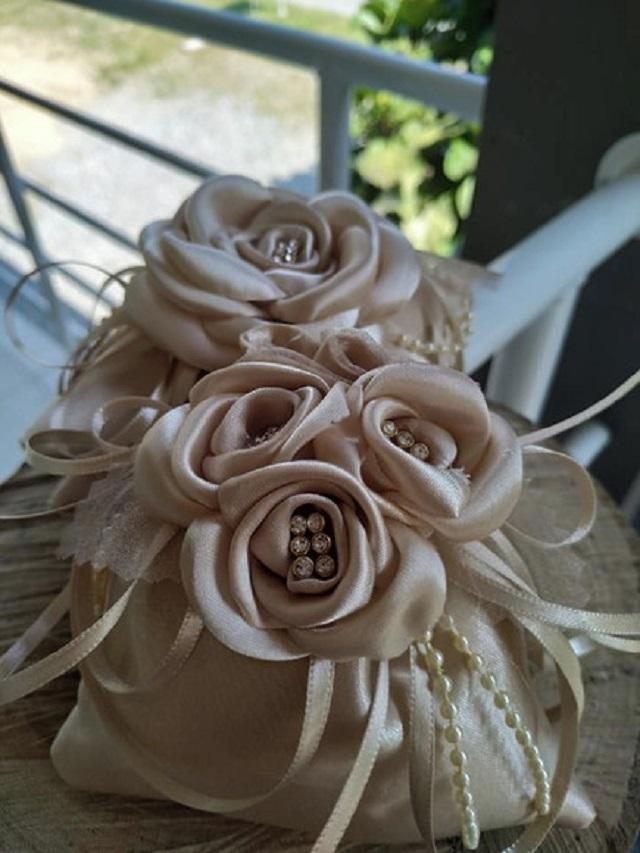 Sachê perfumado com flores de cetim
