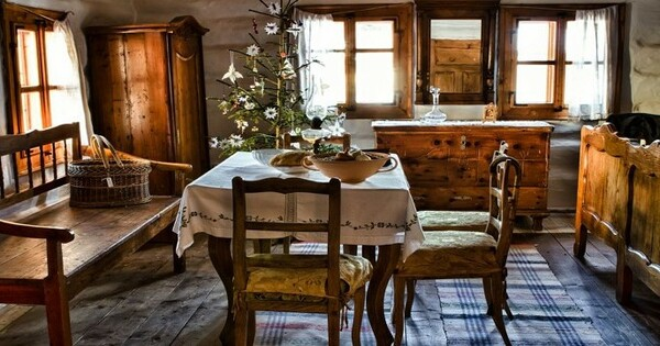 Sala com móveis rústicos e toalha decorada