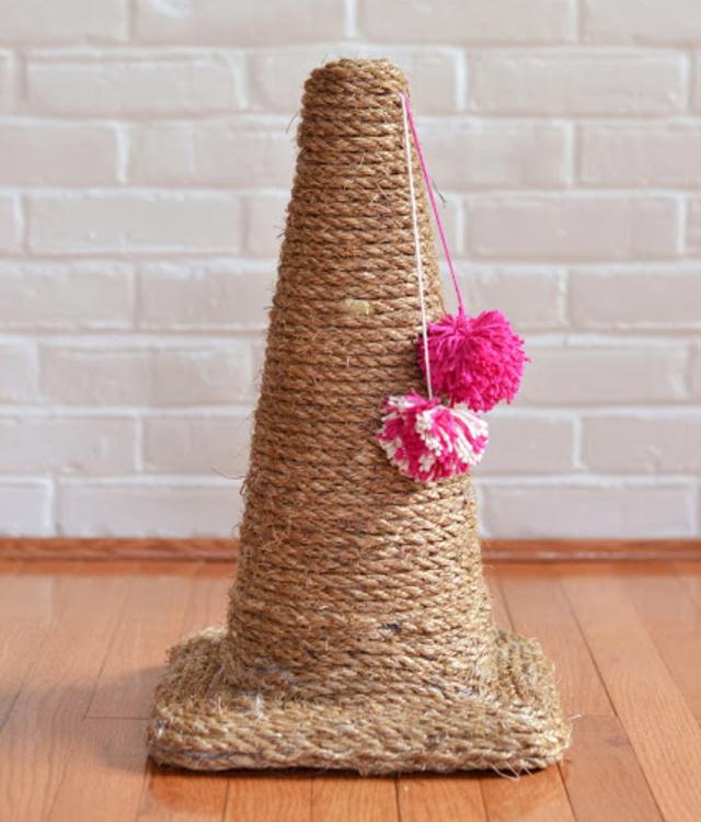 Arranhador para gatos de cone e corda de sisal