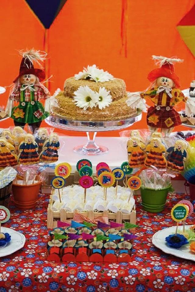 Decoração de festa junina com espantalhos