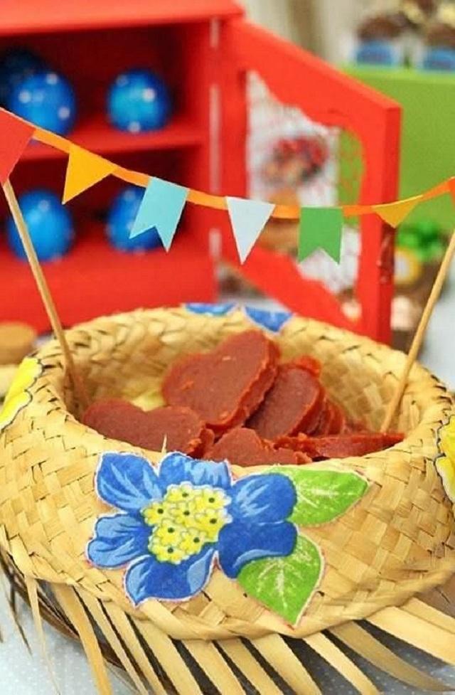 Decoração para festa junina com chapéu de palha