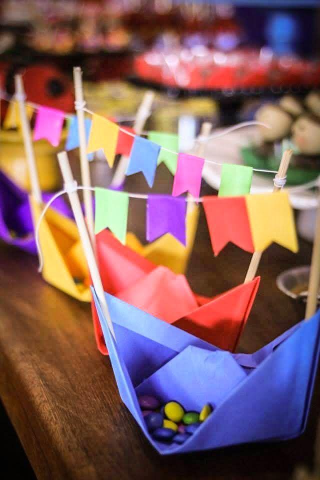 Barco de papel com bandeirinhas de festa junina