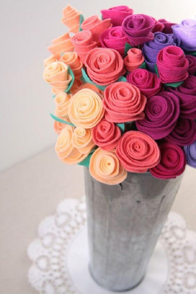 Arranjo com flores de feltro
