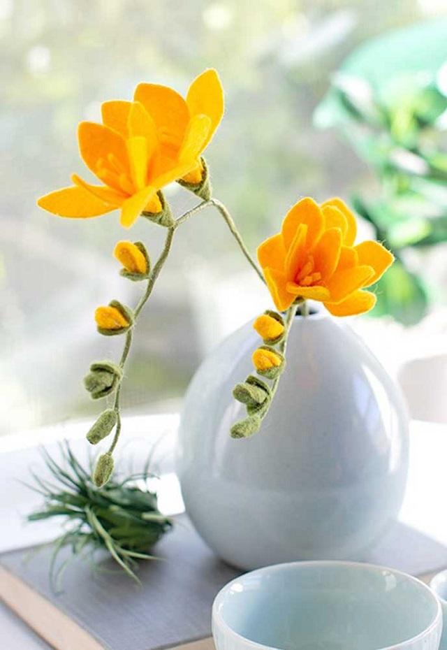 Arranjo com flores de feltro amarelas