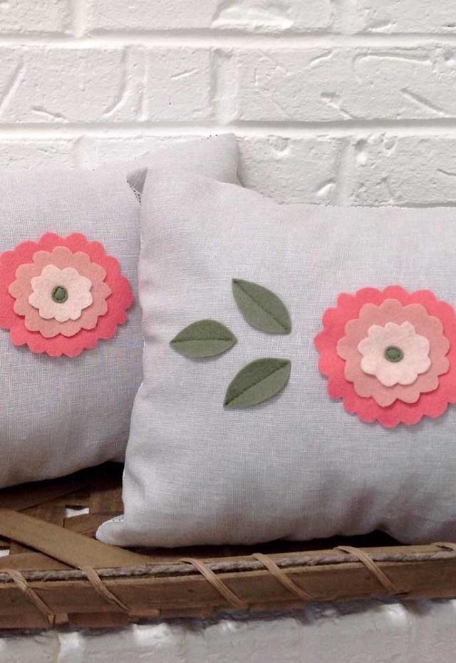 Almofada com flores de feltro