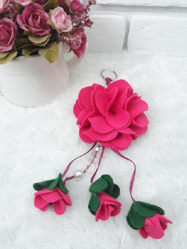 Chaveiro com flores de feltro